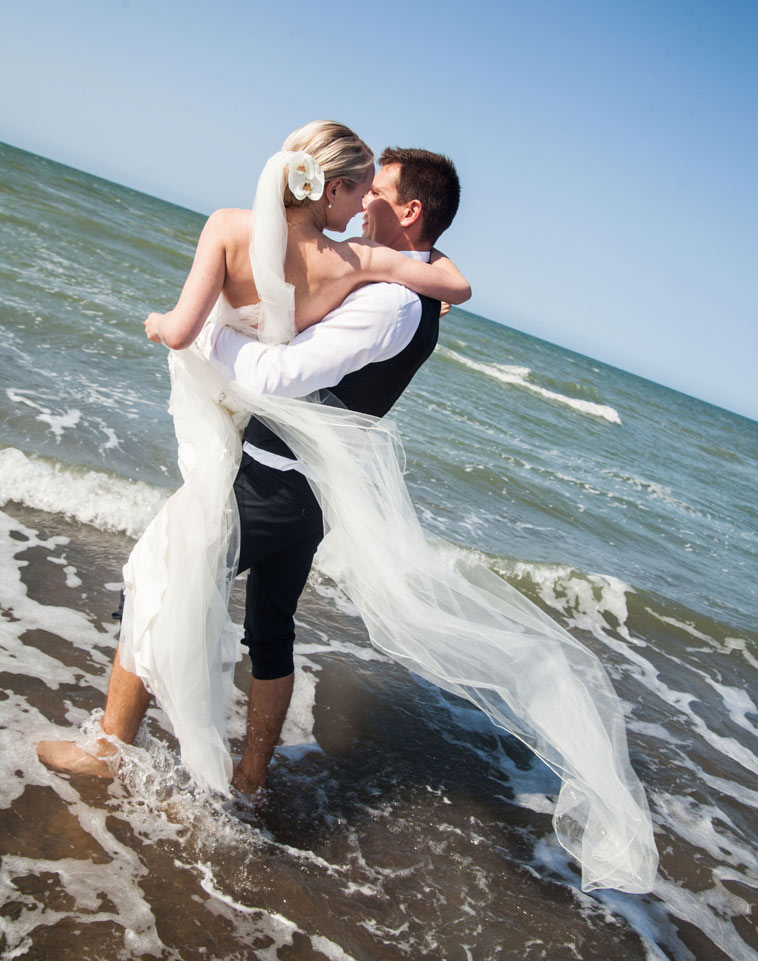brudepar i vandkanten