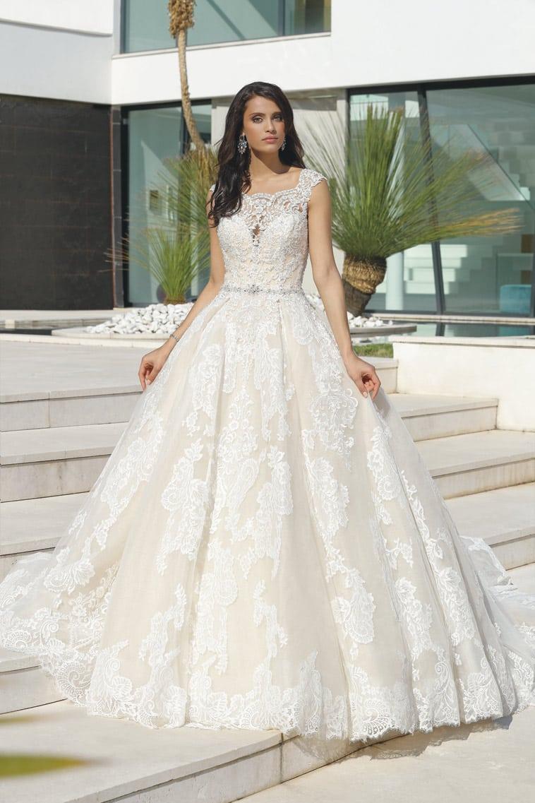 Romantisk prinsesse brudekjole med beigefarvet underskørt dækket med smuk helblonde