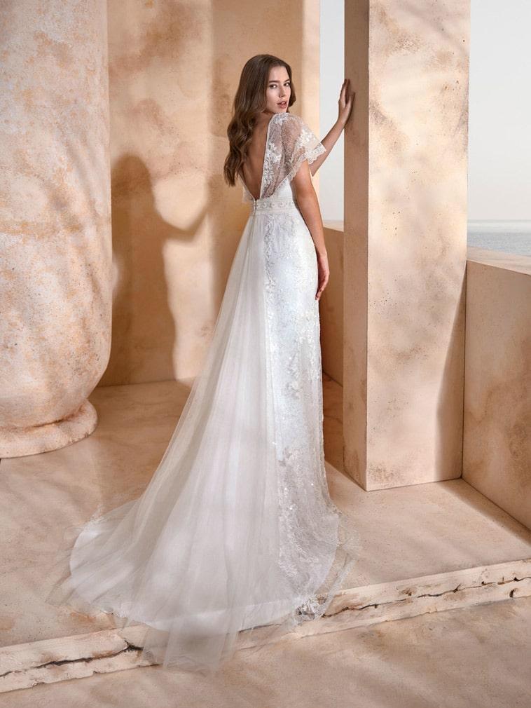 Brudekjole fit and flare facon med v-hals og smukke flagermus ærmer
