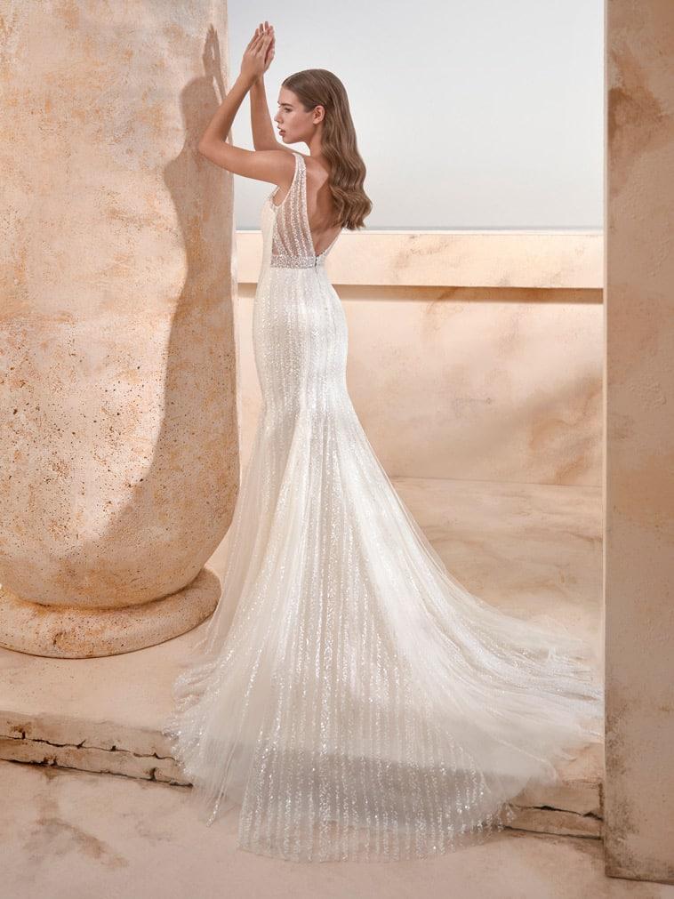 Fit and flare brudekjole med glitrende detaljer og gennemsigtig stribet ryg