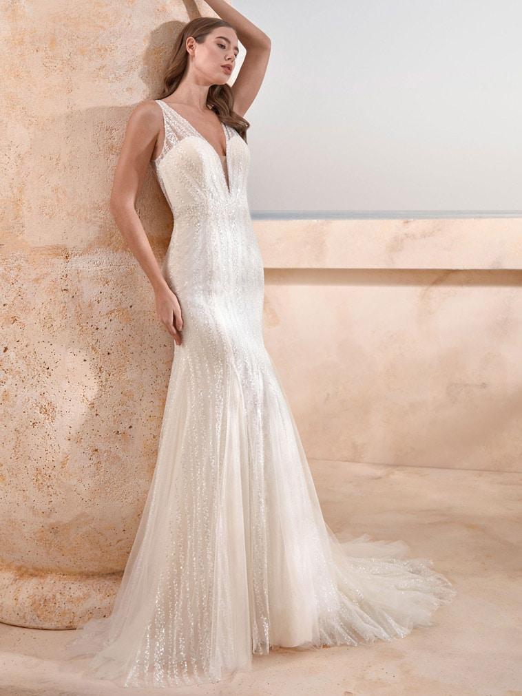 Fit and flare brudekjole med glitrende detaljer og dyb udringning