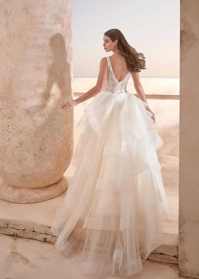 Ballgown brudekjole med mønstret overdel og mange lag på det store skørt.