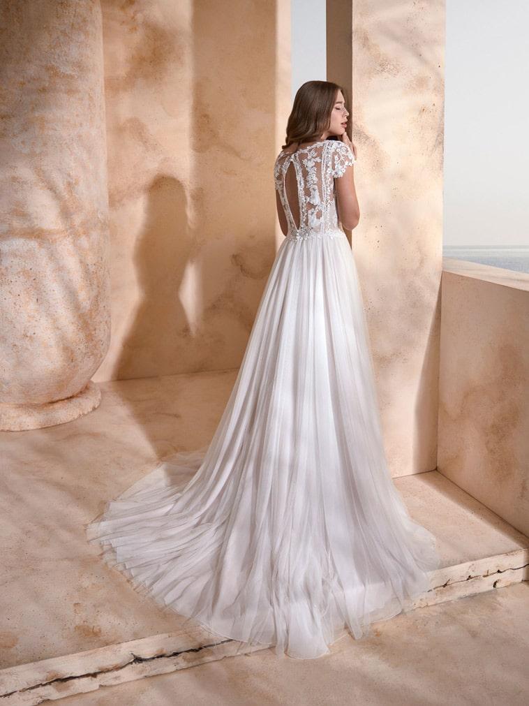 A-line brudekjole med halvgennemsigtig overdel og små capsleeves og nøglehuls udskæring på ryggen