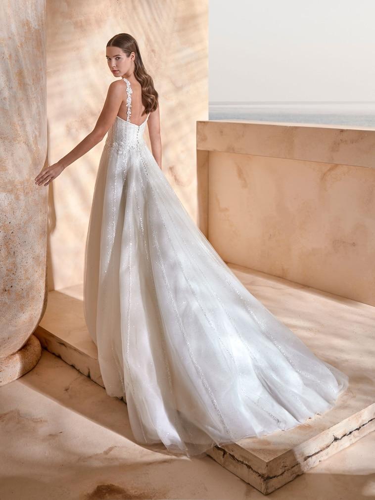 Brudekjole med hjerteudskæring og fint dekorerede stropper