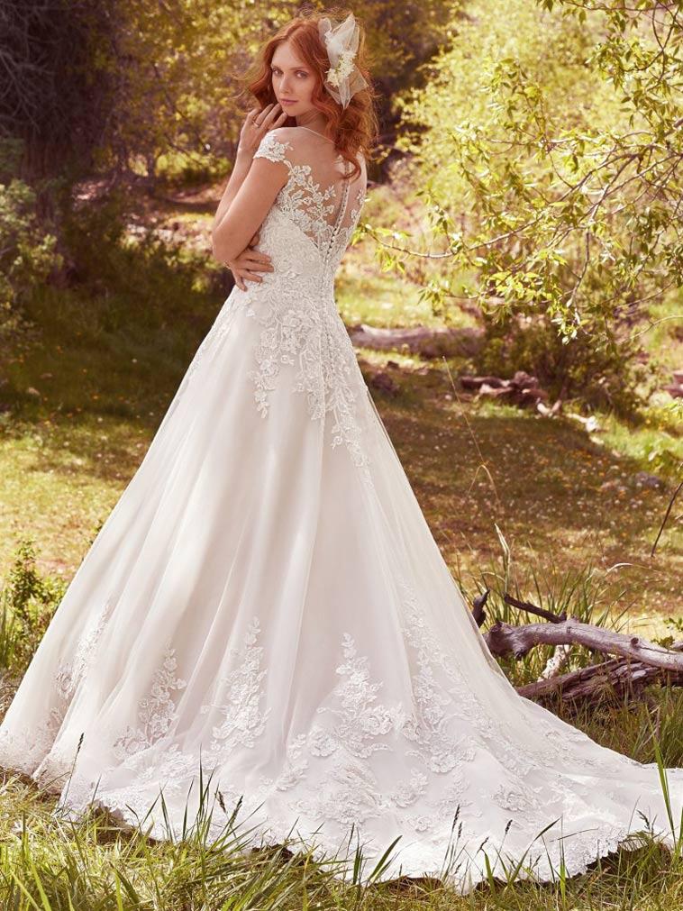brudekjole med slæb og blonder
