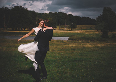 Brudepar på eng ved sø