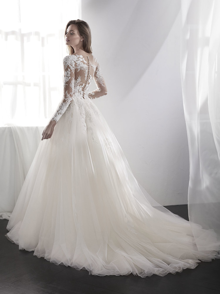 brudekjole med stort skørt og lange ærmer