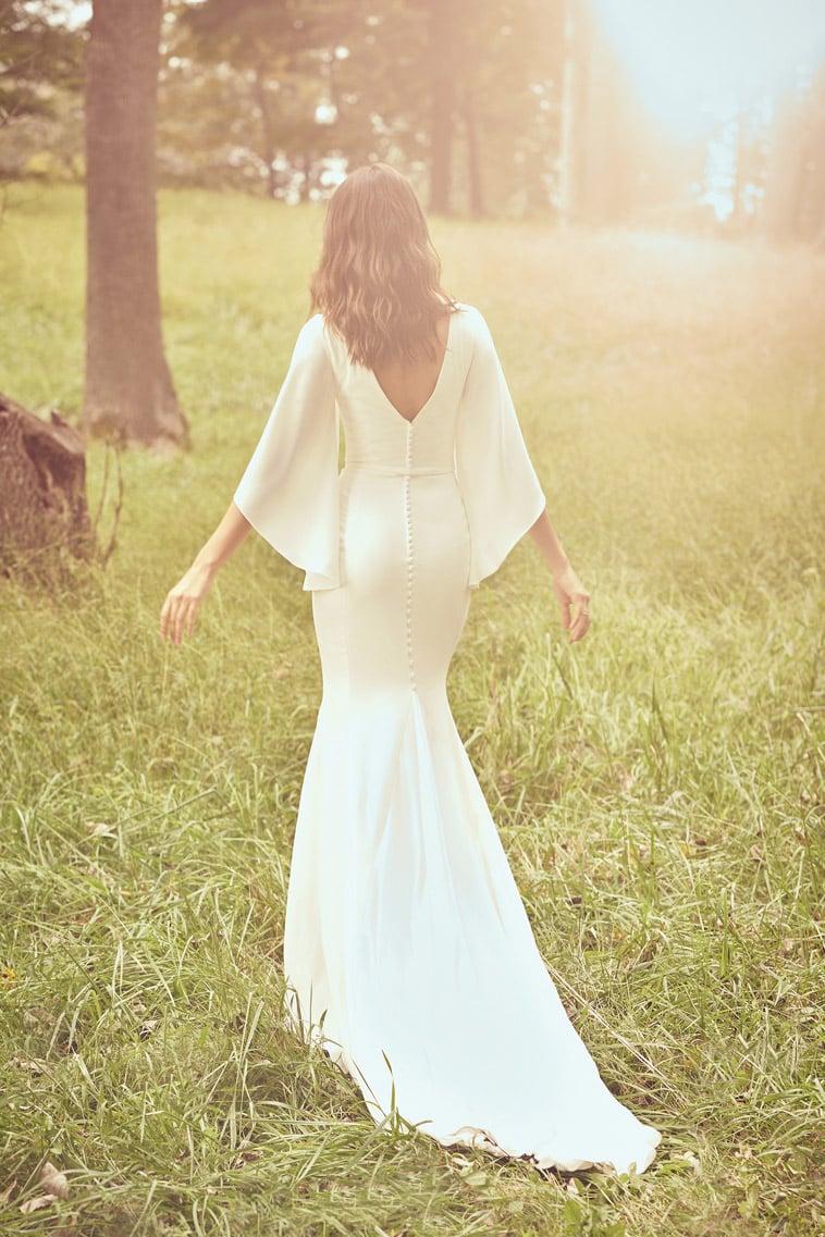 Fit and flare brudekjole i crepe med flagrende ærmer