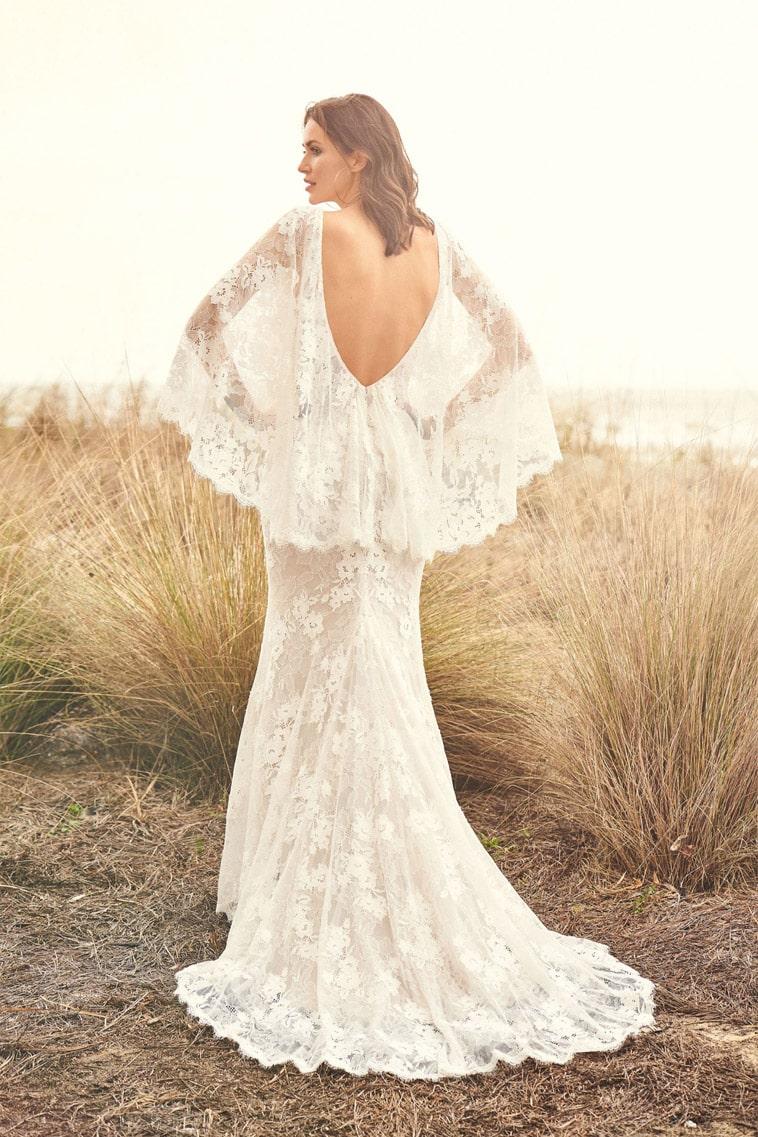 Fit and flare brudekjole med flagrende ærmer og dyb ryg