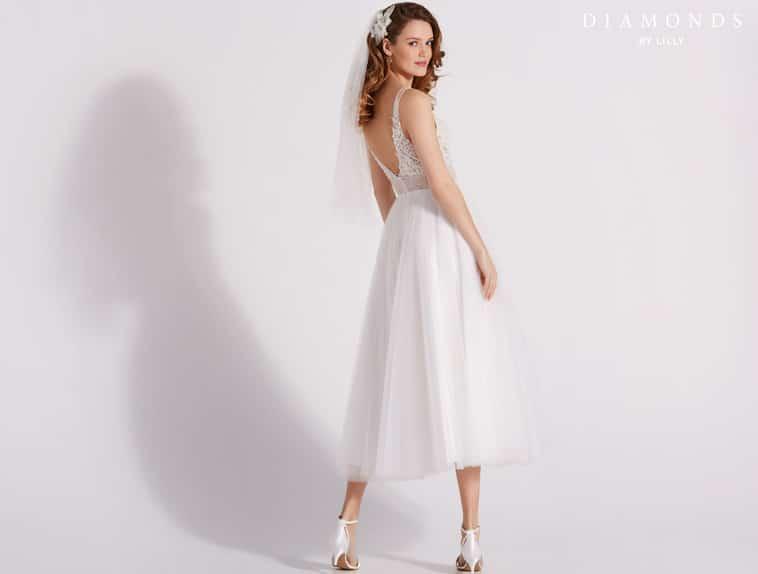 3/4 lang brudekjole med V-udskæring i ryggen