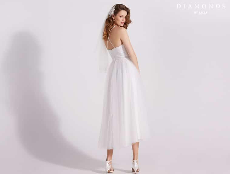 3/4 lang brudekjole med stropper der krydser på ryggen