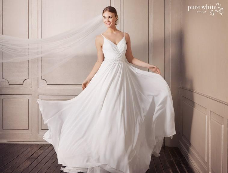 brudekjole med flagrende skørt og tynde stropper