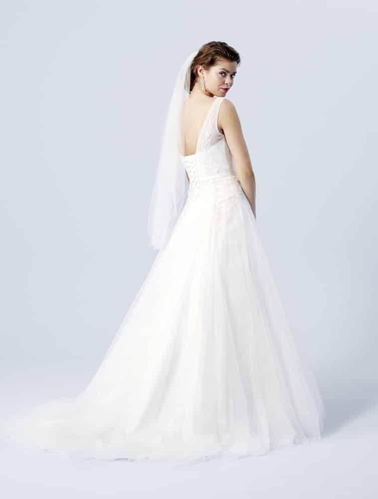Brudekjole med stropper og snøre i ryggen