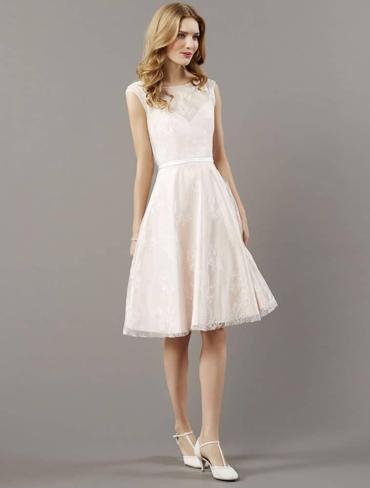 Kort brudekjole med smalt bælte