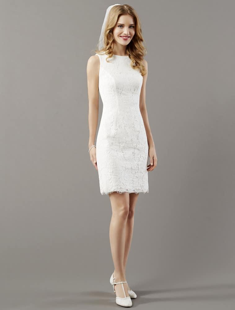 Kort kropsnær brudekjole med bare arme og blonder