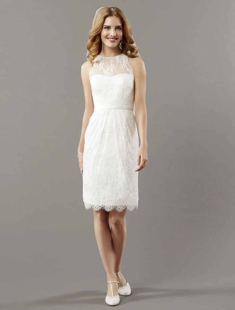 Kort brudekjole med smalt bælte og bare arme og blonder