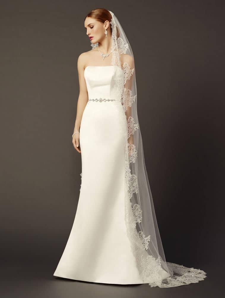 Brudekjole i satin med smalt bælte og havfrue facon