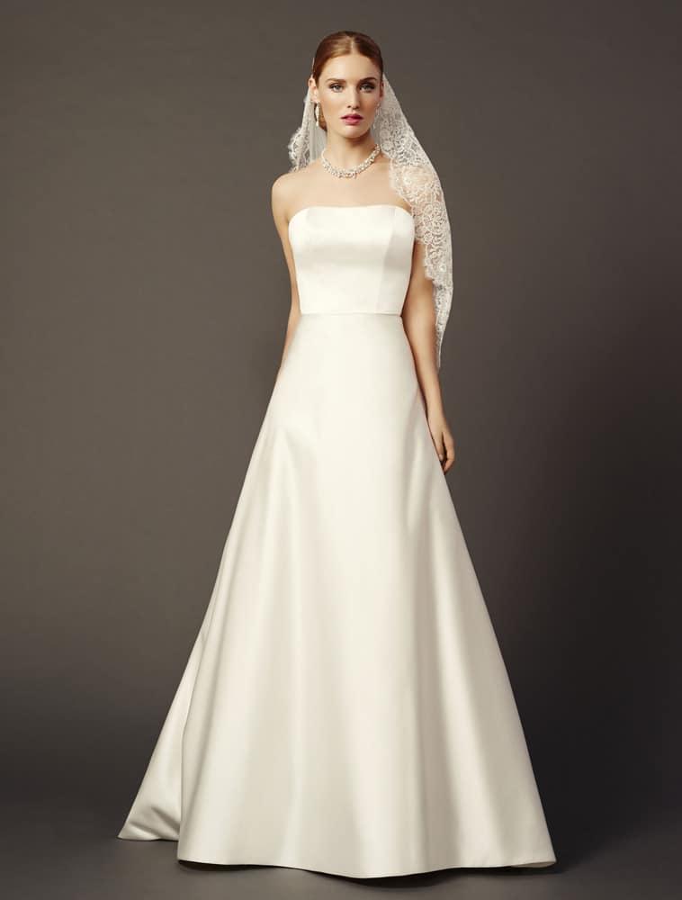 Enkel brudekjole i satin uden noget pynt eller detaljer