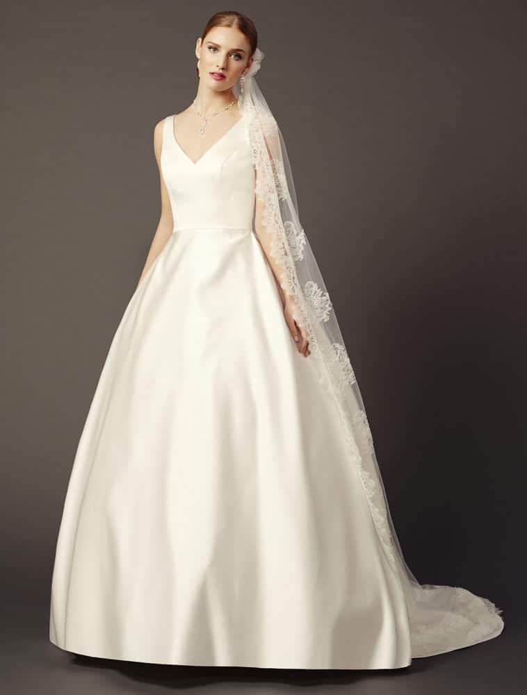 Brudekjole med v hals og stor vidde i skørtet