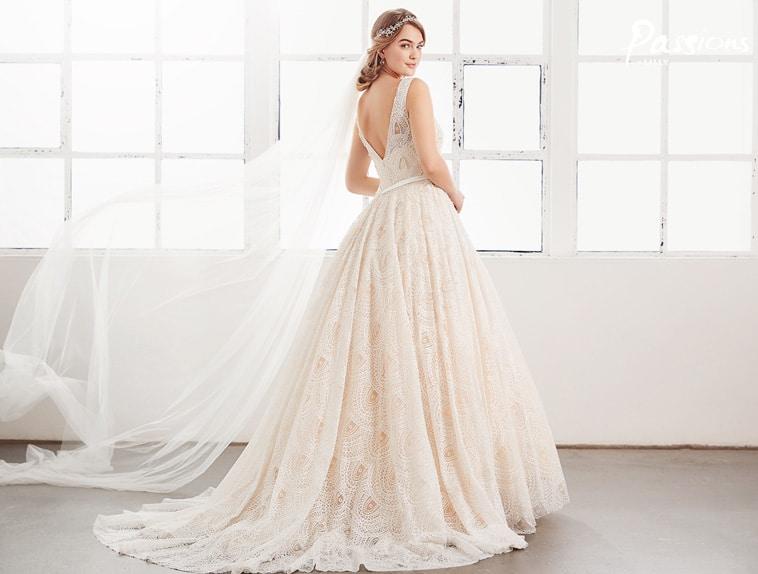 brudekjole med blonder og perler