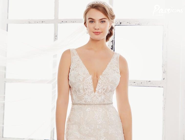brudekjole med blonder og smalt bælte