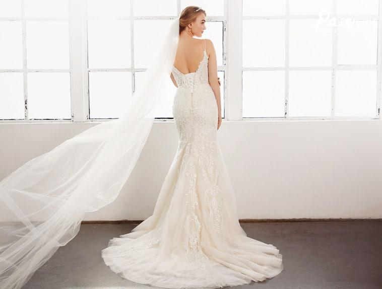 brudekjole med spaghetti stropper og bar ryg