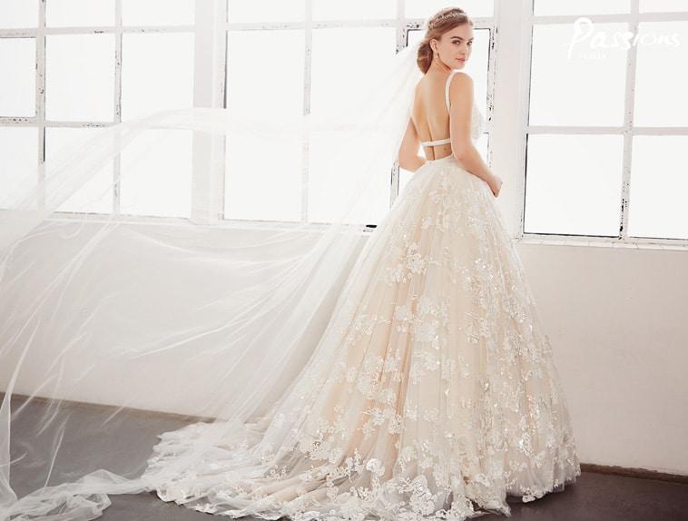brudekjole med strop på tværs af ryggen