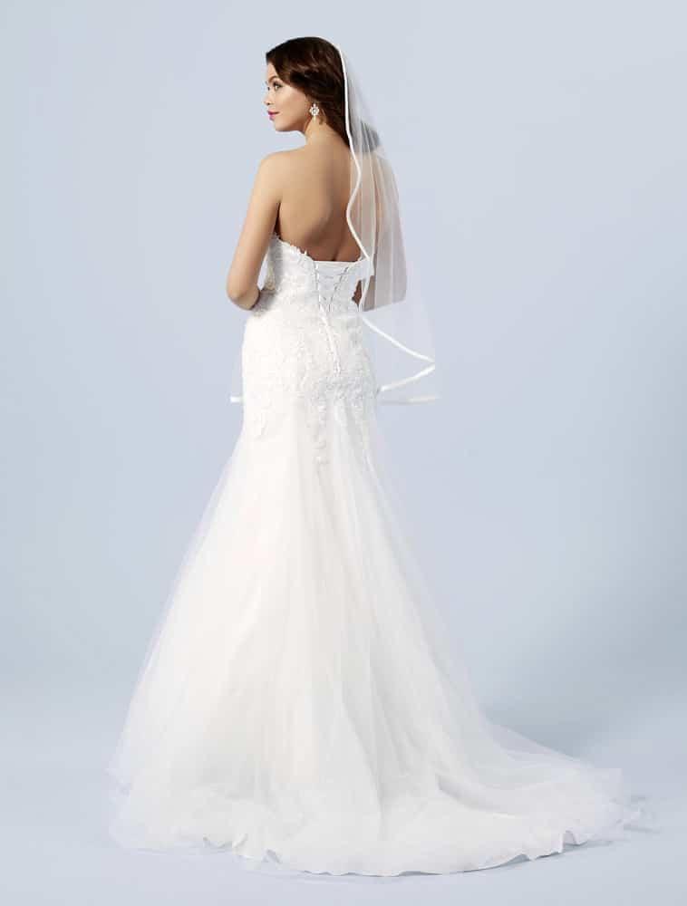 Brudekjole med snøre i ryggen og tyl skørt
