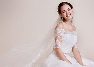 Model i brudekjole med slør