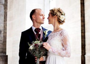 Brudepar kigger ømt på hinanden