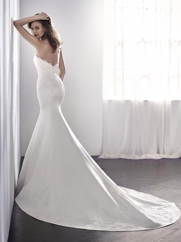 brudekjole med v udskæring ryg