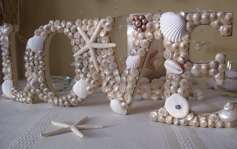 love skilt dekoreret med muslingeskaller