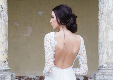Model i brudekjole fin bar ryg