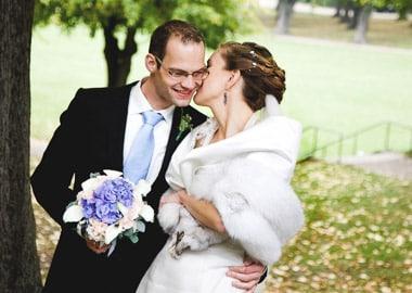 Brudepar der holder om hinanden