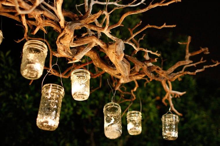 lys hænger fra træ