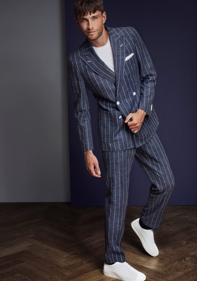 mand-i-stribet-blåt-jakkesæt