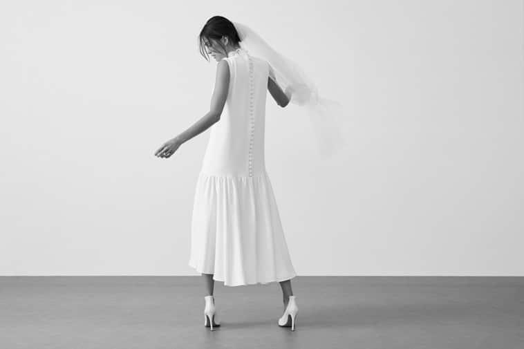 brudekjole med knapper på ryggen