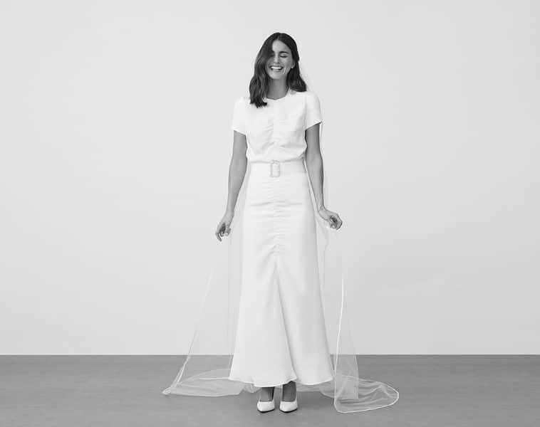 brudekjole med korte ærmer og bælte