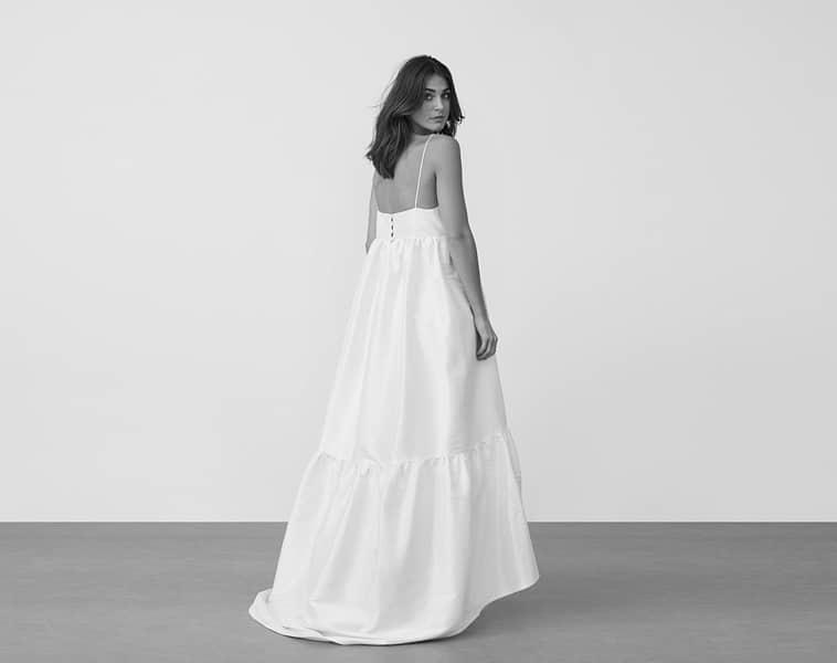 løstsiddende brudekjole med tynde stropper