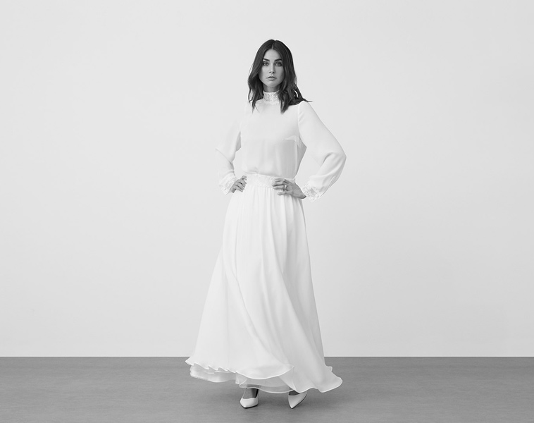 brudekjole med lange ærmer og lille krave