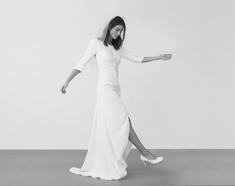brudekjole med slids foran og halvlange ærmer