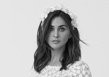Model med hvidt blomster headpiece