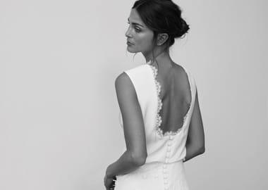 Brudekjole med knapper og slids foran