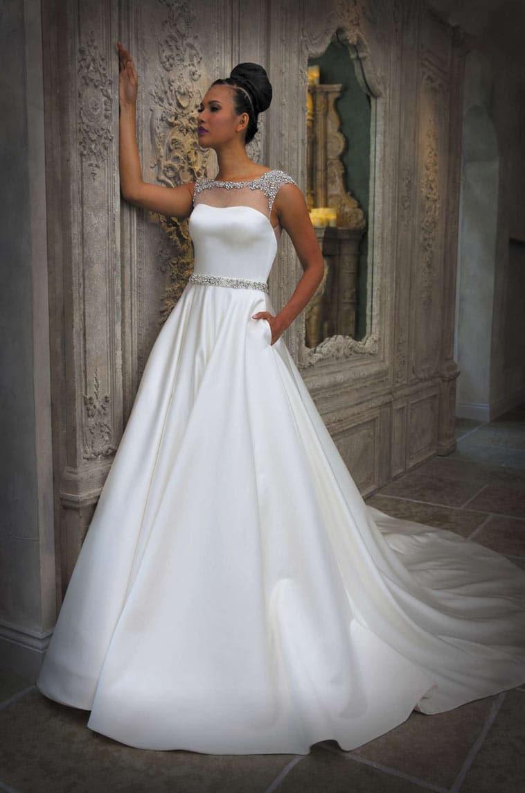 brudekjole med stenbesat bælte og sten øverst på brudekjolen
