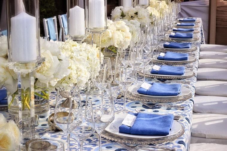 bryllupsbord med blå dug og servietter