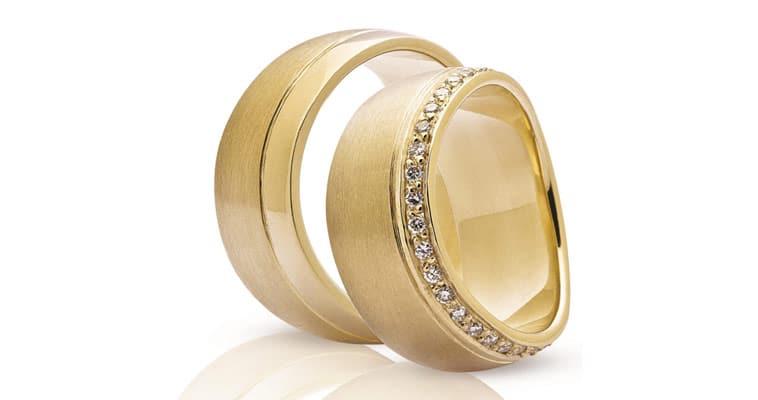 Vielsesringe i guld med brillianter hele vejen rundt på dameringen
