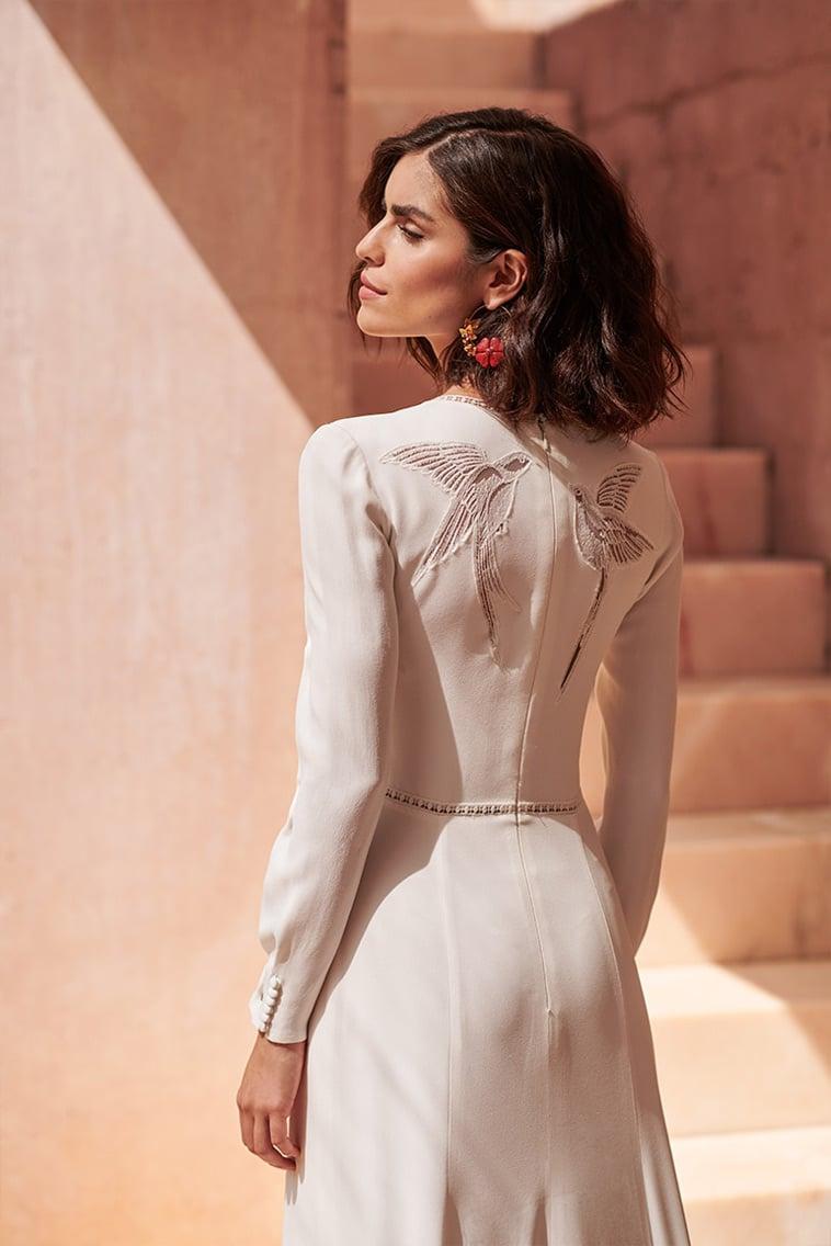brudekjole med fuglemotiv på ryggen