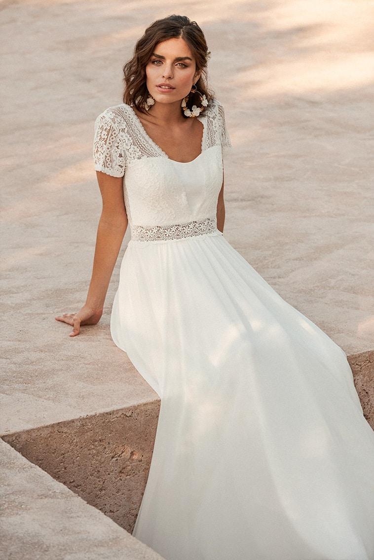 brudekjole i chiffon med korte ærmer