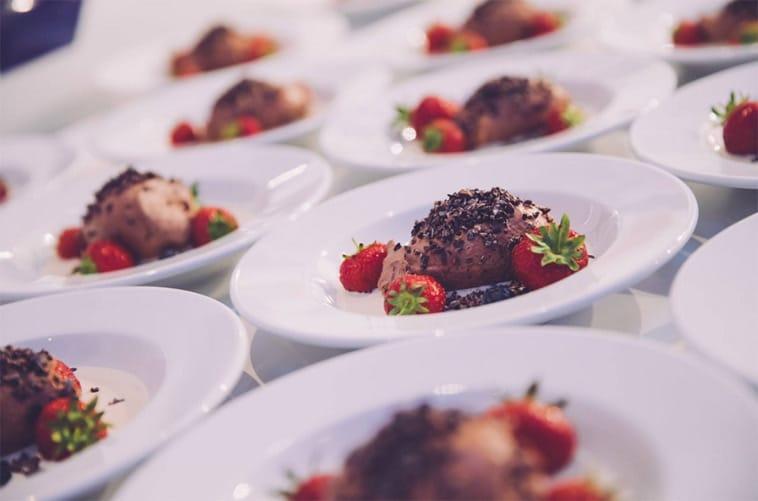 dessert med is og jordbær