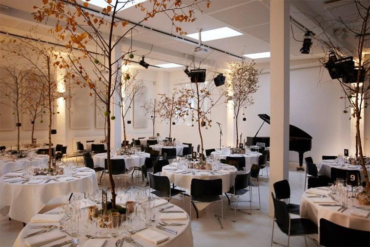 festlokale træer på bordene